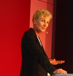 Sabine Bendiek, Vorsitzende der Geschäftsführung von Microsoft Deutschland, stellt im neuen Büro in Schwabing die flexiblen Möglichkeiten der Arbeitsgestaltung in den Vordergrund. (Bild: silicon.de)