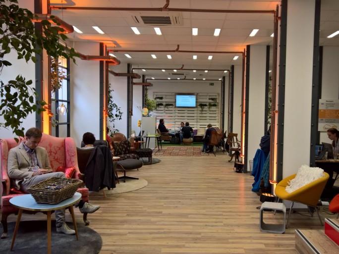 Wohnzimmeratmosphäre und physisch anwesende AWS-Berater sollen potentiellen Kunden das Fremdeln gegenüber der anonymen AWS-Cloud überwinden helfen. (Bild: Rüdiger)