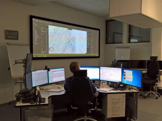 Die Mitarbeiter in der Steuerzentrale von Norgesnett haben ständig das gesamte Netzgeschehen im Blick und können steuernd eingreifen oder den Support auf den Weg bringen. (Bild: Rüdiger)