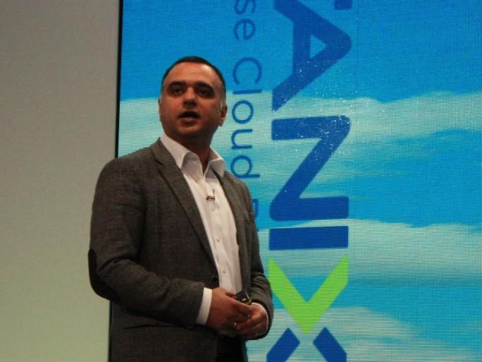 """Für Nutanix-CEO Dheeraj Pandey, hier während seiner Keynote auf der Kundenveranstaltung Next 2016 in Wien, ist Hyperkonvergenz nur ein """"Boxenstopp"""": Er spricht schon von Hyperkonvergenter Infrastruktur  und vor allem vom nächsten großen Zwischenziel, der """"Enterprise Cloud"""" (Bild: ZDNet.de)"""