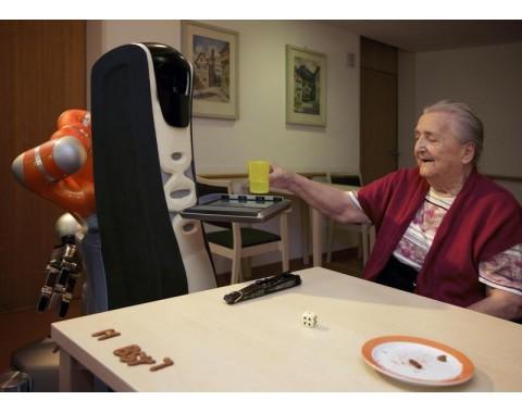 Der vom Fraunhofer IPA schon 2011 in einem Altenheim erprobte Care-o-Bot (Bild: Fraunhofer IPA/Jens Kilian)