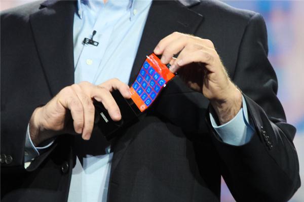 """Bereits auf der CES zeigte Microsofts damaliger Chief Technical Strategy Officer Eric Rudder anhand eines Prototyps, wie ein Windows Phone mit dem """"Youm"""" gennanten, biegbaren Display von Samsung aussehen könnte (Bild: James Martin/CNET)."""