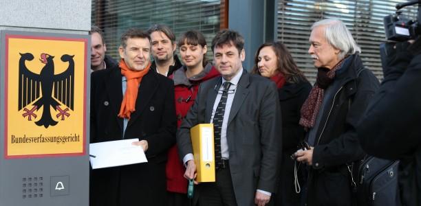 Die Beschwerdeführer aus unterschiedlichen Lagern bei der gemeinsamen Abgabe der Verfassungsbeschwerde vor dem Eingang des Bundesverfassungsgerichts in Karlsruhe (Bild: Tom Kohler)
