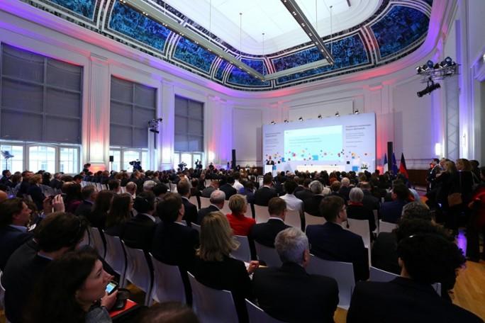 Insgesamt nehmen über 300 Vertreter von Start-ups, internationalen Unternehmen und öffentlichen Institutionen an Deutsch-Französischen Digitalkonferenz teil. (Bild: BMWi/Michael Reitz)