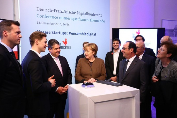 Bundeskanzlerin Angela Merkel (Mitte), Staatspräsident François Hollande (2.v.r.), Bundeswirtschaftsminister Sigmar Gabriel (3.v.l.) und sein französischer Amtskollege Michel Sapin (2. Reihe rechts) auf der Deutsch-Französischen Digitalkonferenz. (Bild: BMWi/Michael Reitz)