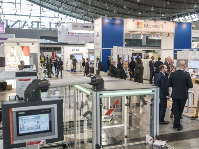 """Blick in den Bereich """"Showcase Smart Factory"""" der IT&Business 2016. Ein künftiges Format am Standort Stuttgart soll mehr """"IT zum Anfassen"""" bieten (Bild: Messe Stuttgart)"""
