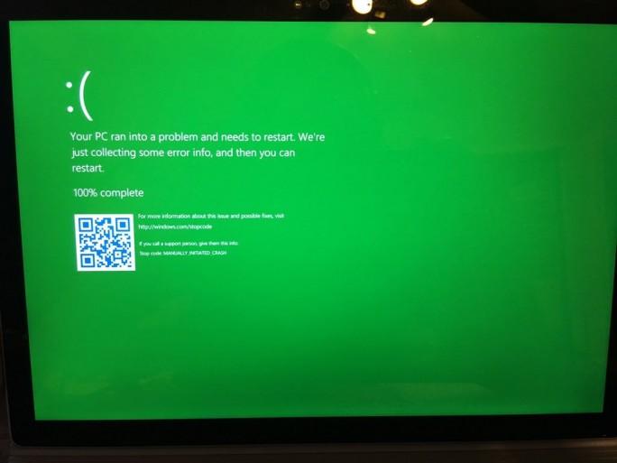 Der neue Absturzbildschirm für Teilnehmer des Windows-Insider-Programms (Bild: Chris123NT / Twitter)
