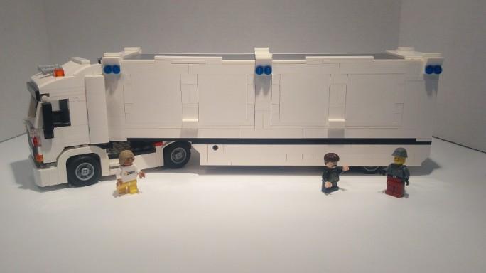 Das Snowmobile von AWS hier als Symbolbild in Lego, holt aus Kundenrechenzentren große Datenmengen und verschickt diese in die Amazon-Cloud. (Bild: AWS)