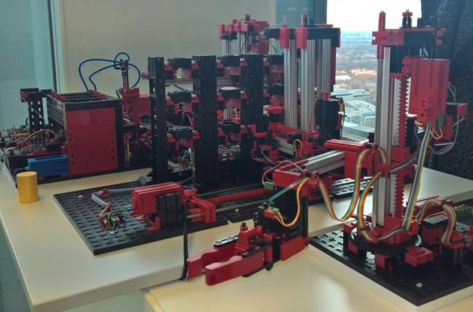 Manchmal reicht im IoT-Lab schon Fischertechnik, um das Modell einer intelligenten Fabrikautomatisierung aufzubauen (Bild: Ariane Rüdiger)
