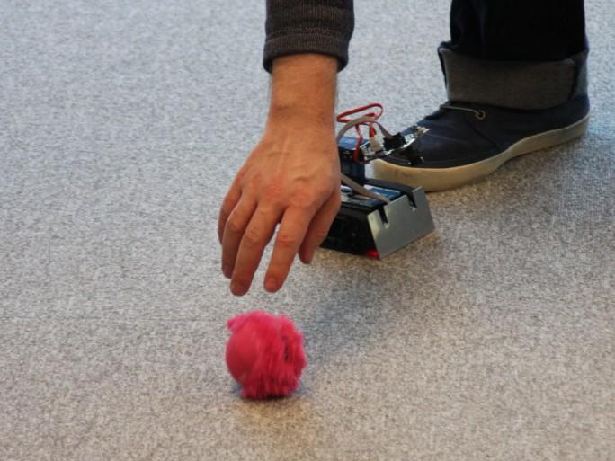 """Ein kleiner Roboter im Watson IoT-Lab von IBM in München """"trainiert"""" hier, einem Ball zu folgen. Die KI steckt dabei aber nicht in dem kleinen Gerät, sondern in einer Watson-Cloud. (Bild: M. Schindler)"""