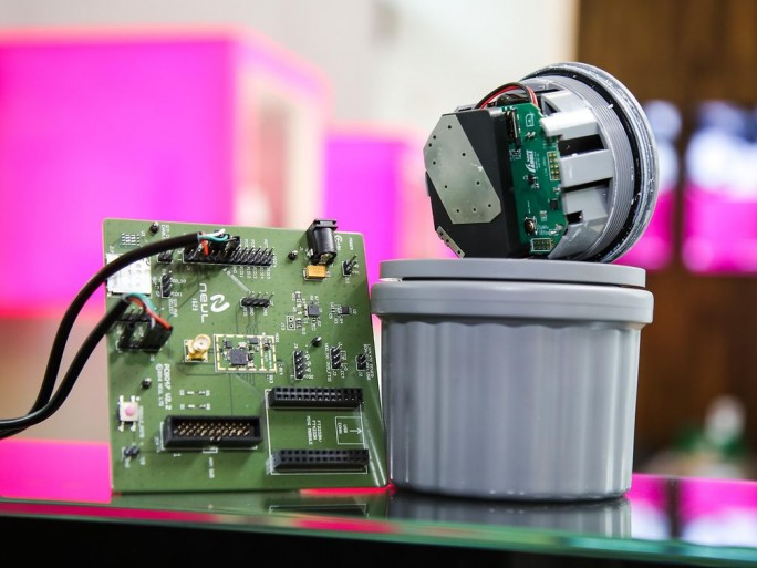 Die Deutsche Telekom ist laut eigenen Angaben der erste Ende-Zu-Ende-Anbieter für NarrowBand IoT. Die Geräte, wie hier ein Parkplatz-Sensor, können bis zu zehn Jahre mit einer Batterieladung auskommen. (Bild: Deutsche Telekom)