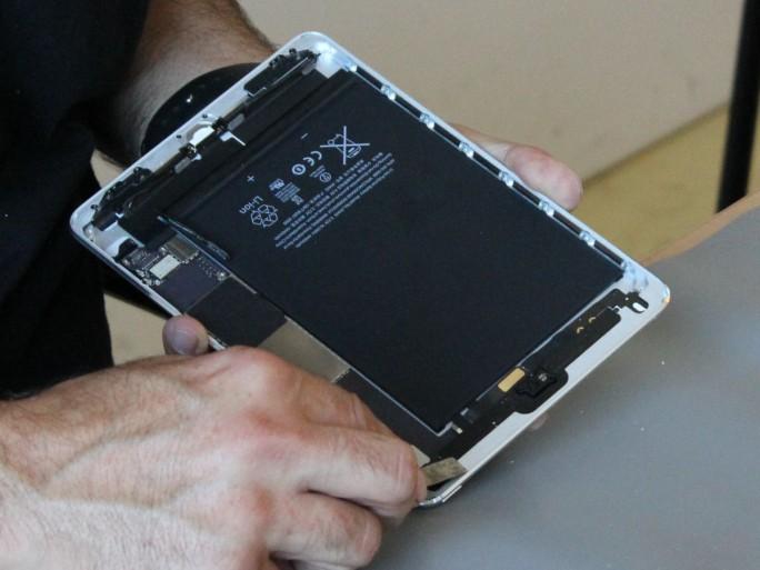 Reparatur an einem iPad durch einen Servicepartner von iCrackedit (Bild: silicon.de)