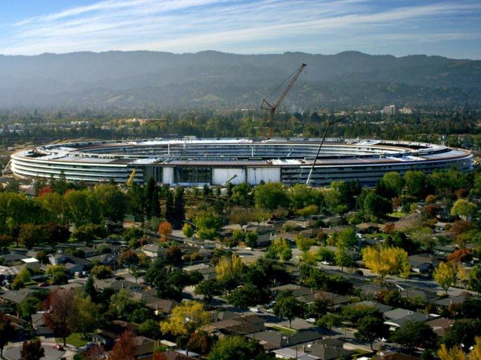 Ab April können schon einzelne Bereiche genutzt werden, die Bauarbeiten am neuen Apple Park werden jedoch noch bis zum Sommer dauern. Die Außenfassade ist laut Apple die weltweit größte gebogene Glaspanele. (Bild: Apple)