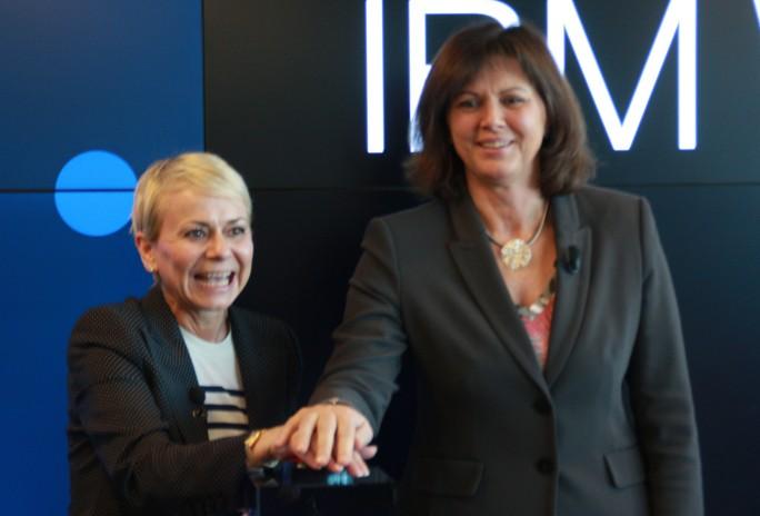 Harriet Green, General Manager, IBM Watson IoT, Cognitive Engagement and Education und die Bayerische Staatsministerin Ilse Aigner gaben im Februar gemeinsam den Startschuss für das Watson IoT-Center in der Parkstadt Schwabing in München. (Bild: Martin Schindler)