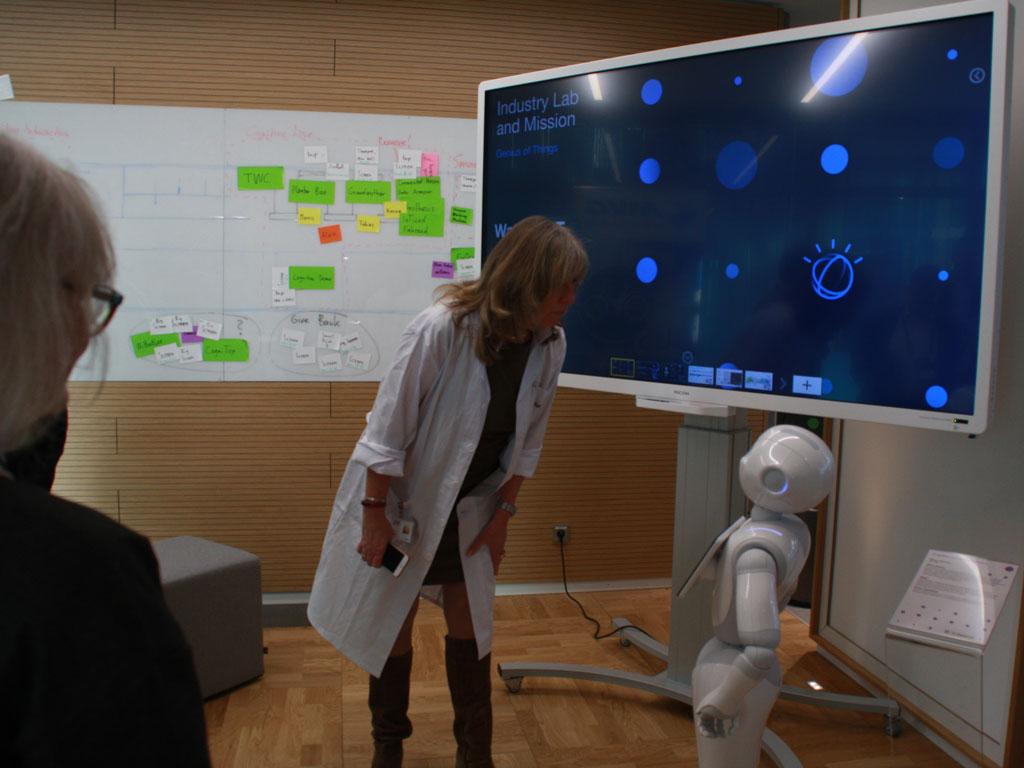 """In IBMs Watson IoT Center in München empfängt im Industrie-Lab der kleine Roboter Pepper die Bescher, die """"ihr"""" auch Fragen stellen können. Zusammen mit Bosch will IBM offene Standards in der Eclipse Foundation und dem IIC (Industrial Internet Consortium) voranbringen. (Bild: Martin Schindler)"""