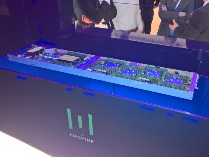 Der Prototyp eines The-Machine-Nodeboards. HPE zeigt auf der Cebit die neue Rechnerarchitekutr, die die Unterscheidung zwischen Massen- und Arbeitsspeicher weitgehend auflöst. (Bild: Ariane Rüdiger)