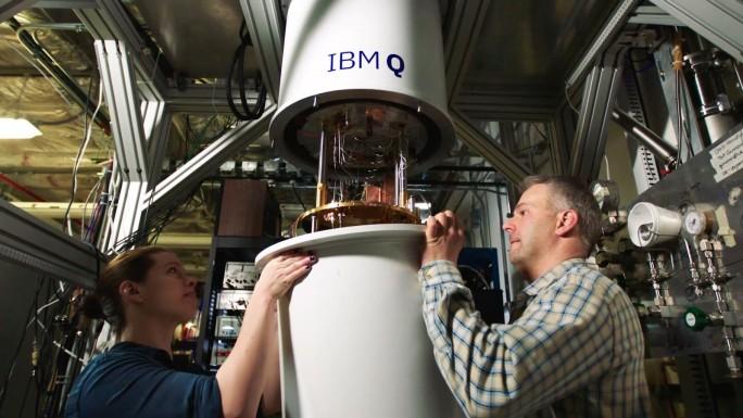Die IBM-Experten Sarah Sheldon und Pat Gumann bei der Arbeit an der Kühleinheit des Quantencomputers. (Bild: IBM Research)