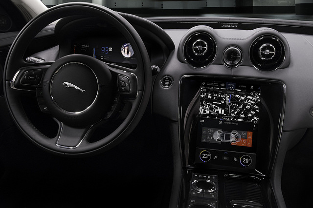 Auf der CES wurde das QNX-Konzeptfahrzeug auf Basis des Jaguar XJ vorgestellt. (Bild: BlackBerry)