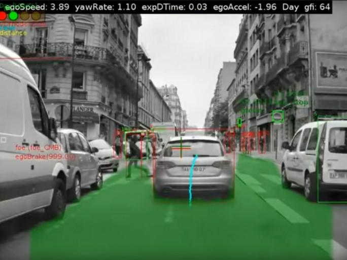 Mobileyes Technologie erkennt Straßenschilder, Signale auf der Fahrbahn und auch Hinternisse auf der Fahrbahn. (Screenshot: silicon.de)
