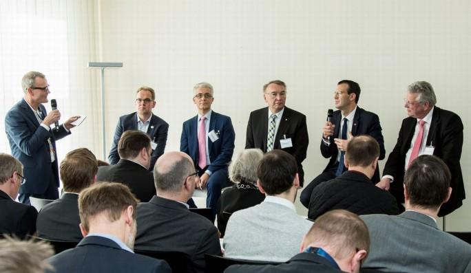 Die Teilnehmer der Diskussionsrunde, zu der IT-meets-Press eingeladen hatte (Bild: Tobias Giessen/IT-Meets-Press)
