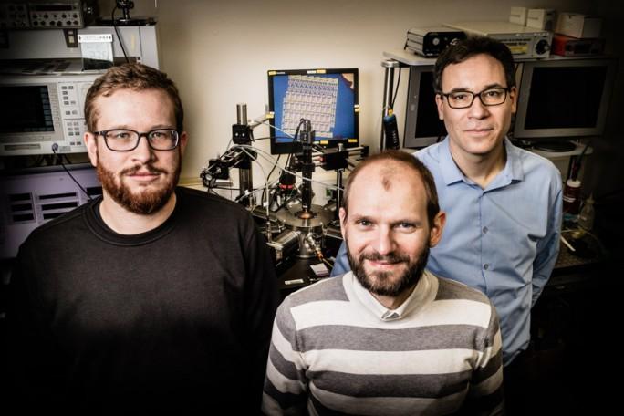 Stefan Wachter, Dmitry K. Polyushkin und Thomas Müller (von links), die Entwickler des flexiblen Prozessors auf Grundlage von Molybdändisulfid (Bild: TU Wien)