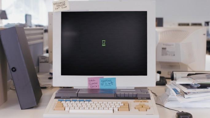 Ältere Technik stellt nicht nur die Geduld der Mitarbeiter auf die Probe, sondern sorgt auch für eine niedrigere Identifikation mit dem Arbeitgeber sowie für eine höhere Frustration. (Bild: Sharp)