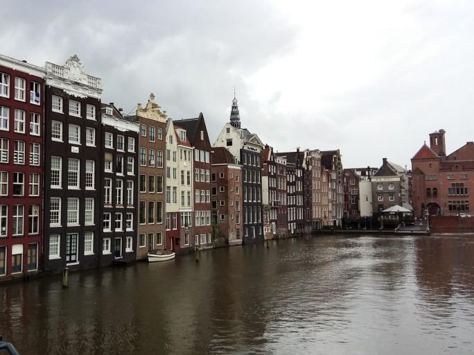 Dort wo andere Städte Tiefgaragen in die Erde bauen, hat Amsterdam nur Wasser zu bieten. (Bild: Christian Raum)