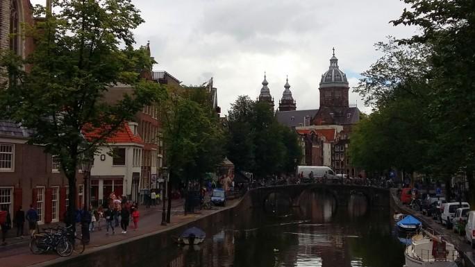 Amsterdamer sind Fußgänger, Radfahrer und Schiffskapitäne. Die meisten vermeiden es, mit dem Auto ins Zentrum zu fahren. (Bild: Christian Raum)