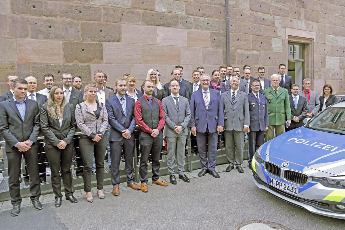 Bayerns Innenminister Joachim Herrmann zusammen mit den so genannten Cybercops. (Bild: Polizei Bayern)