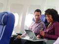 Nutzer mit HP Elite x2 102 G2 in Flugzeug (Bild: HP Inc.)