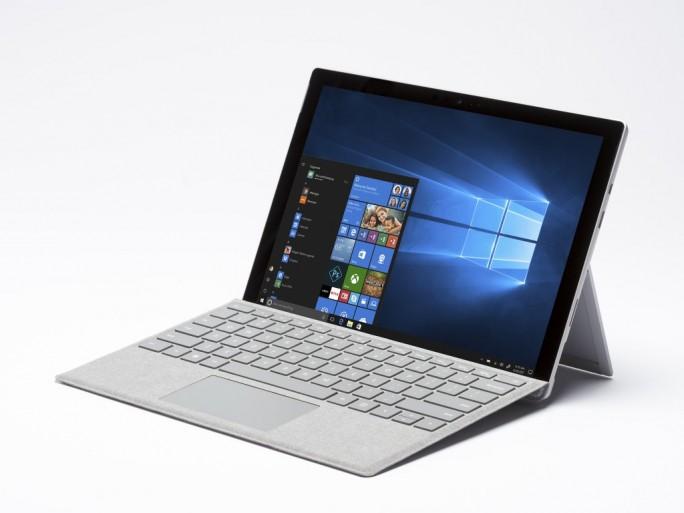 Das Surface Pro 2017 kommt ohne die die zusätzliche Bezeichnung '4'. Äußerlich verändert Microsoft gegenüber dem Vorgängermodell nur wenig. (Bild: Microsoft)