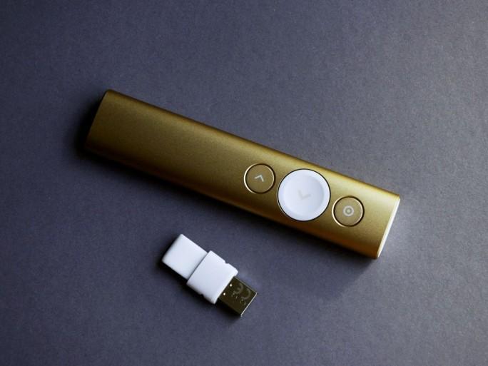 Das Sende-Empfangsmodul für den USB-Anschluss lässt sich mit der kleinen Plastikschlaufe herausziehen. (Foto: Mehmet Toprak)