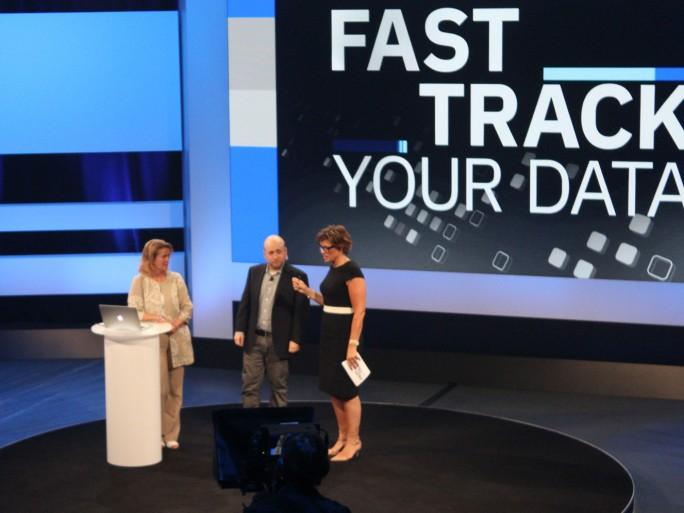 Die BBC-Moderatorin Kate Silverton (links) führte durch die IBM-Veranstaltung Fast Track your Data wie durch eine News-Sendung. (Bild: Martin Schindler)