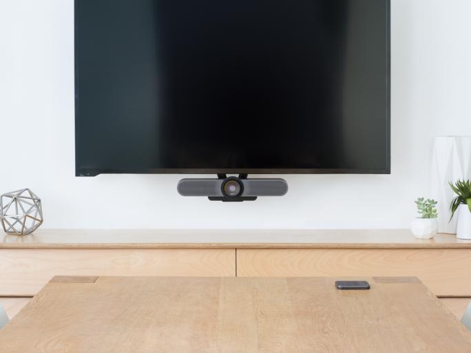 Die hier unterhalb des Monitors montierte Logitech MeetUp wurde als Videokonferenzlösung für kleine Konferenzräume und sogenannte Huddle Rooms entwickelt (Bild: Logitech).