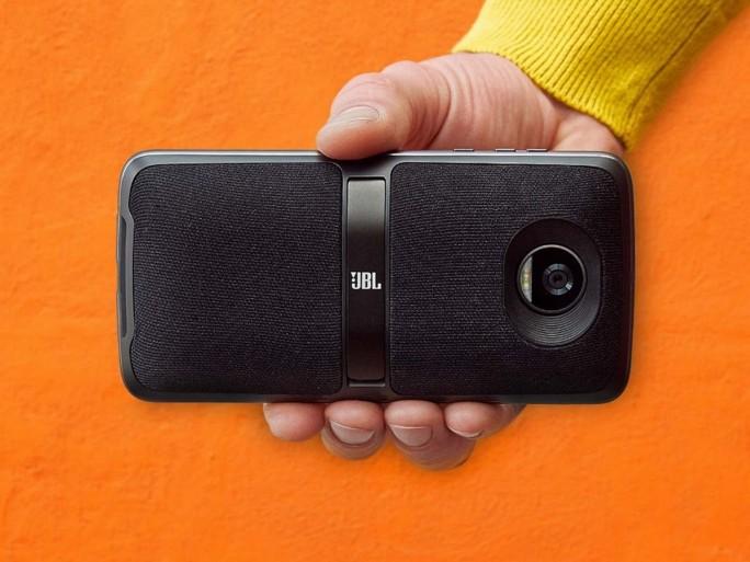 Im Handel wird das Moto Z2 Play ab August für 519 Euro nur zusammen mit dem  JBL Soundboost 2 angeboten. Der Bluetooth-Lautsprecher alleine kostet 99 Euro. (Bild: Lenovo)