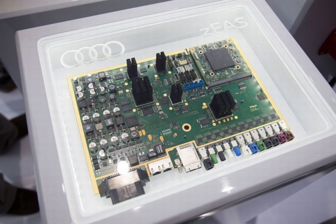 Das zentrale Fahrerassistenzsteuergerät (zFAS) fällt etwa so groß wie ein Laptop aus und ist im Test-Audi-A7 sowie in Serie dann im neuen Audi A8 verbaut (Bild: Audi AG)