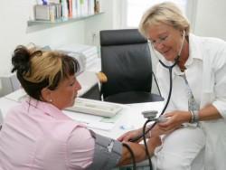 Ärztin bei Behandlung (Bild: DTAG)