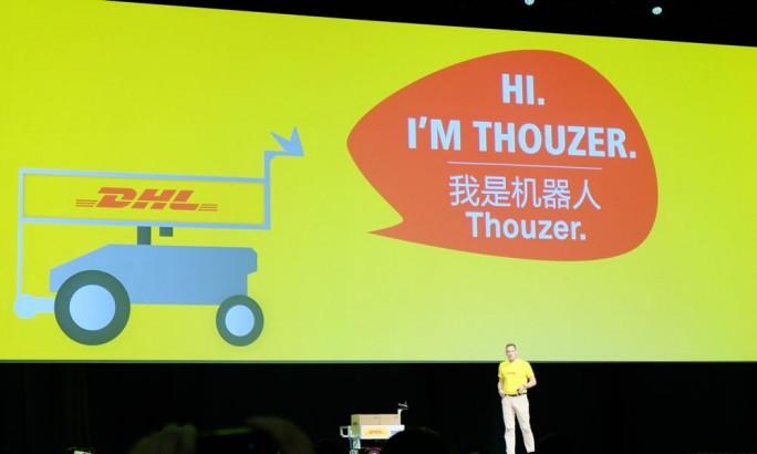 """Markus Voss, CIO von DHL, zeigte auf der Connect das selbstfahrende Transportsystem """"Thouzer"""". (Bild: Stefan Girschner)"""