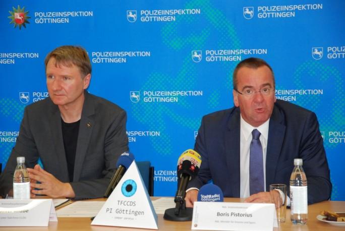 Kriminalhauptkommissar Oliver Knabe, Leiter der TF CC/DS und Boris Pistorius, Niedersachsens Minister für Inneres und Sport (Bild: Polizeiinspektion Göttingen)