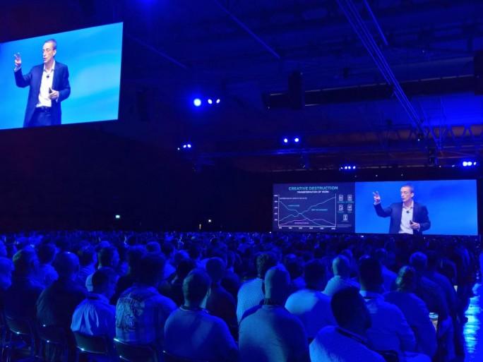 Vor vollem Saal beschwor der VMware-CEO in Barcelona die Multi-Cloud-Zukunft mit VMware als einem der führenden Technologielieferanten (Bild: Rüdiger)