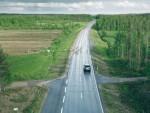 Touristen freuen sich vielleicht darüber, für die Einheimischen ist es jedoch eher ein Ärgernis und eine häufige Unfallursache: Rentiere auf Lapplands Straßen. (Bild: Paikkatieto Online Oy)