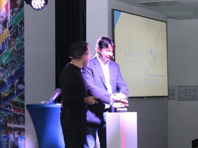 Urs Hölzle und ein emotional bewegeter Michael Korbacher, Director Cloud für Google DACH, starten das Rechenzentrum in Frankfurt. Die neue Region nimmt wenige Sekunden darauf den Betrieb auf. (Bild: Martin Schindler)
