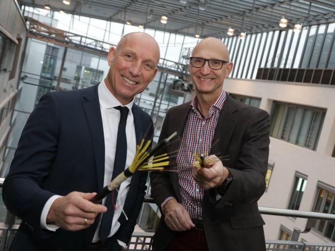 Michael Heidkamp, Vorstand Markt der EWE (links) und Timotheus Höttges, Vorstandsvorsitzender der Telekom, bei der Bekanntgabe der gemeinschaftlichen Aktivitäten beim Glasfaserausbau in Nordwestdeutschland (Bild: EWE Tel)