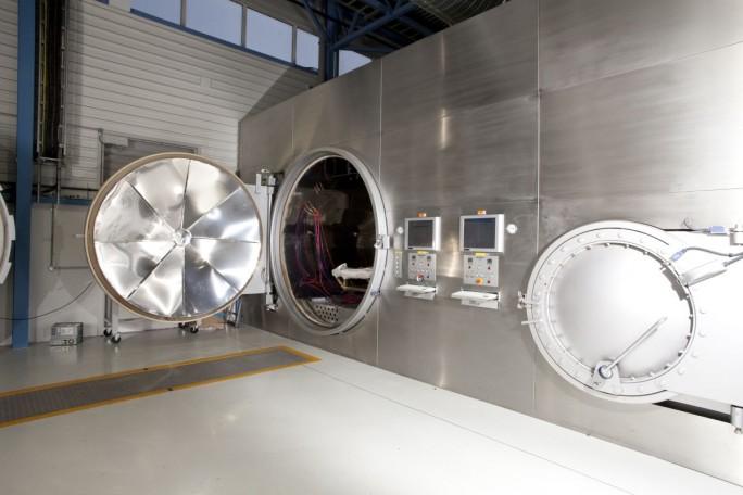 Produktionsanlage von Red Bull im britischen Milton Keynes. Tiefer will sich das Unternehmen weder in das Getränkerezept noch das Rennwagen-Tuning blicken lassen. (Bild: Red Bull)