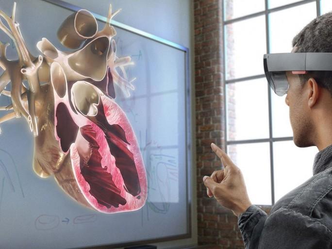 Microsoft konzentriert sich mit seiner Augmented-Reality-Brille HoloLens zunächst auf Unternehemensanwendungen. (Bild: Microsoft)
