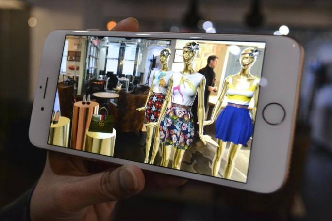 Im Einzelhandel bieten AR-Aps wie die des US-Start-ups Obsess zahlreiche Einsatzmöglichkeiten (Bild: Ben Fox Rubin/CNET )