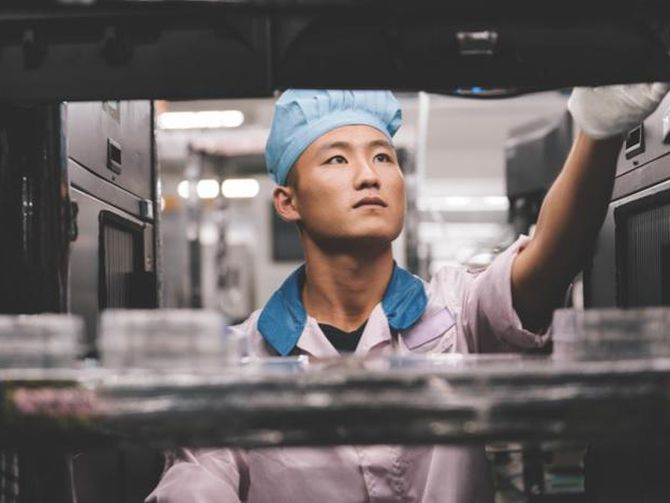 Ein Mitarbeiter in einem Apple-Zulieferbetrieb. (Bild: Apple)