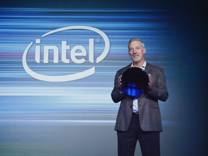 Ein Intel-Manager präsentierte im September 2017 den ersten 10-Nanometer-Wafer (Bild: Intel).